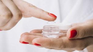 Mulher segurando lentes de contato